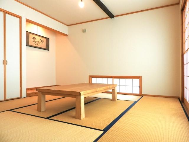 和室の魅力を惹き立てる!地窓におすすめのカーテンとは?