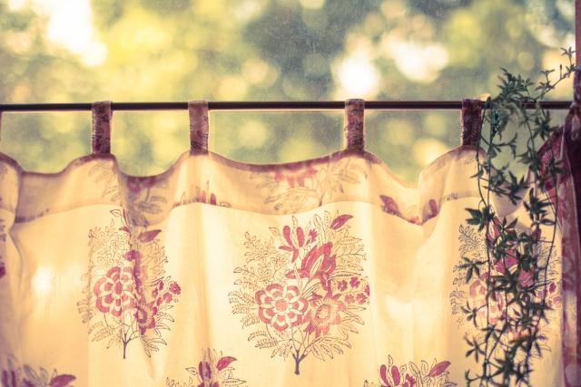 カウンターキッチンの目隠し!おしゃれなカーテンの付け方