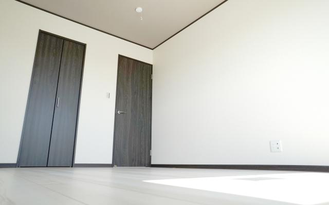 【モノトーンインテリア】収納も白と黒で統一!差し色の印象