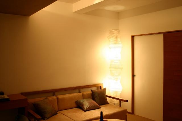 お部屋の雰囲気は電気照明の色で変わる!色の種類やその効果