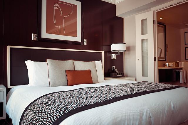 ホテルのベッドで気になる物!足元に掛けられた布の正体は?