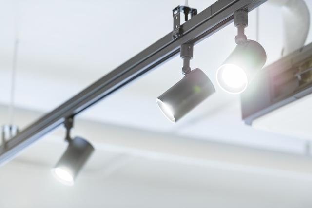 自宅の天井に照明を追加したい!電気工事なしでも可能?