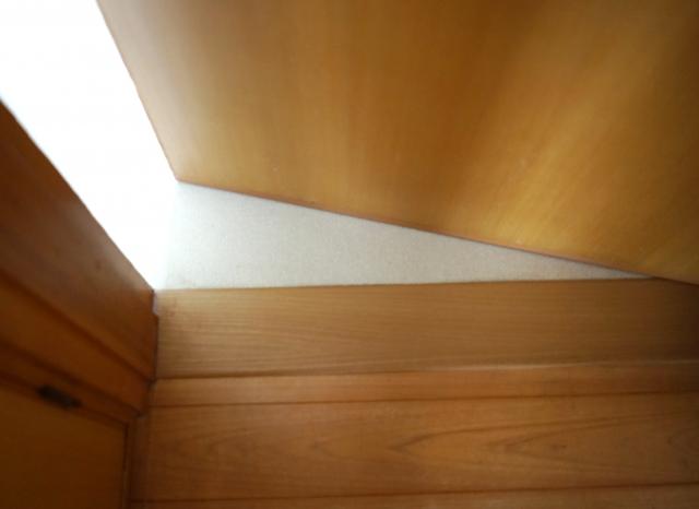 新築のドアに隙間があるのはなぜ?寒い隙間風の原因と対処法