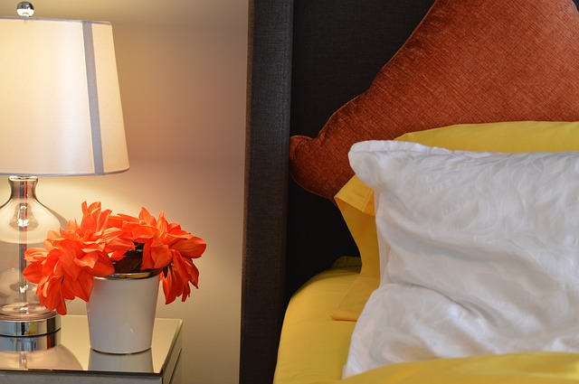 ロマンチックな海外ベッドルームへ!ライト使いで素敵に