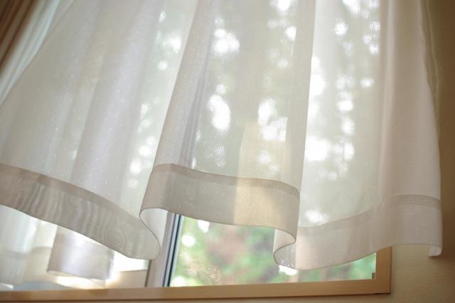 カーテンが風でめくれてしまう!カーテンのめくれ防止方法