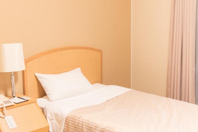 ベッドサイドテーブルで就寝前の時間が快適!ブログを参考に