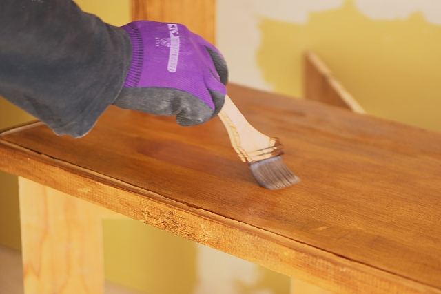 机をDIYで塗装しよう!綺麗に仕上げるためにはニスが重要