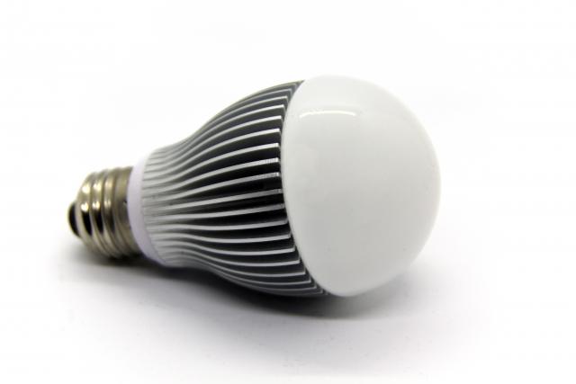 玄関灯の電球交換やカバーの外し方!LEDへの交換方法は?