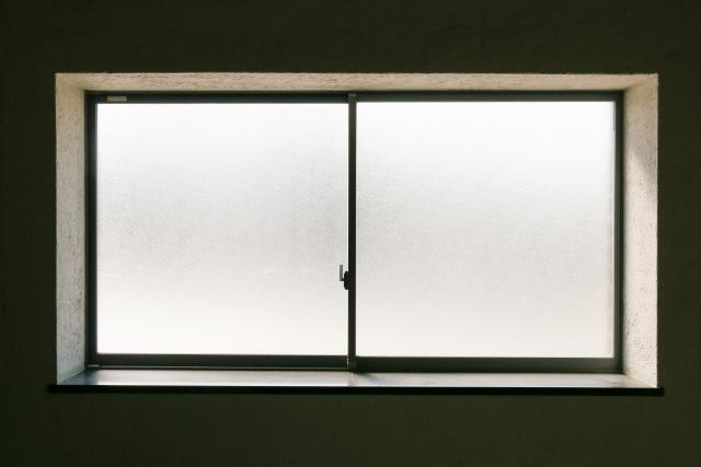 窓の隙間風対策はどうする?うるさい音の原因と対処法とは