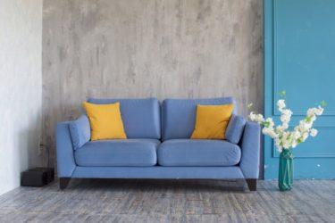 青いソファのある暮らし!インテリアコーディネートのコツ