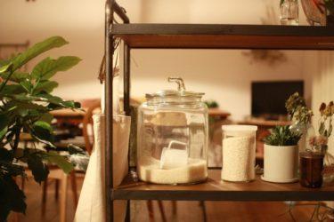 使いやすい「キッチンシェルフ」でゴミ箱をスッキリ収納!
