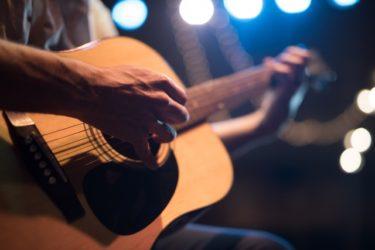 ギターを座って弾くのなら!スツールの高さを考えてみよう