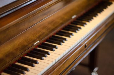 【骨董品の豆知識】ピアノスツールからアンティークの世界へ