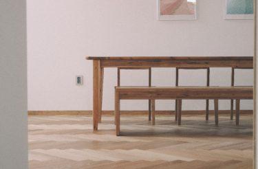 無垢材テーブルはオイル塗装?それともウレタン塗装がいい?