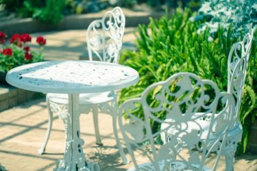 庭を彩るガーデンテーブルのおすすめは?選び方もご紹介